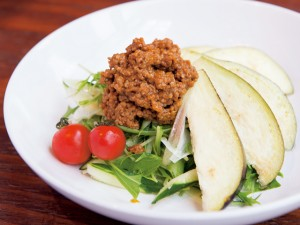 【vol.54今月のまかないごはん】ひき肉と水ナスのピリ辛サラダ