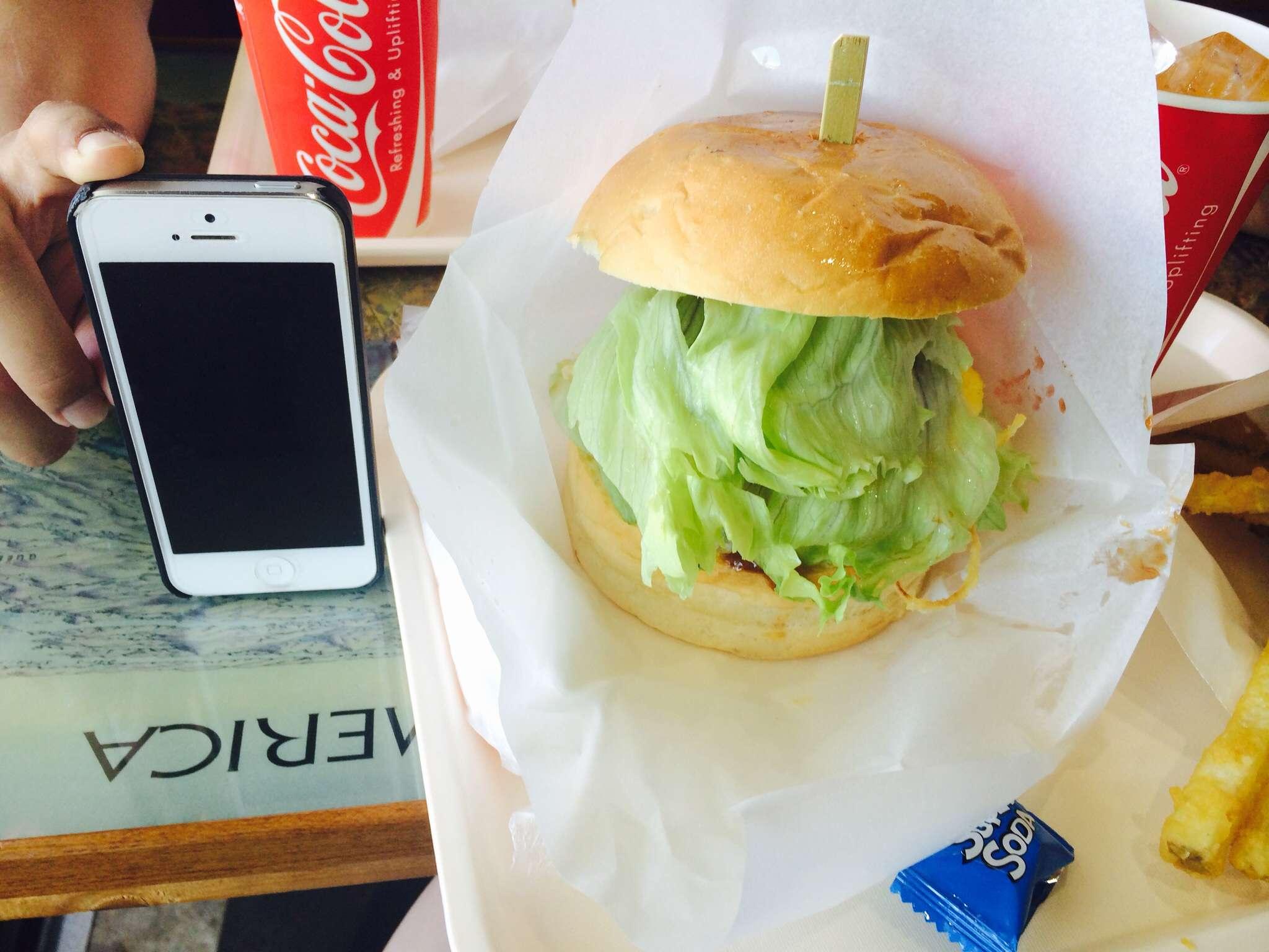 でっかい∑(゚Д゚)iPhoneと同じ高さのハンバーガー‼︎