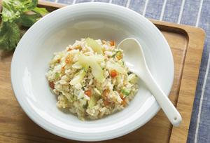 鶏ひき肉とセロリの洋風炒めご飯とジャガイモのツナキムチ煮