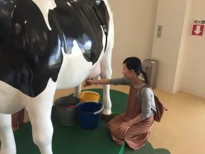 なかなかリアルな乳搾り体験も(笑)*明治なるほどファクトリー守谷***