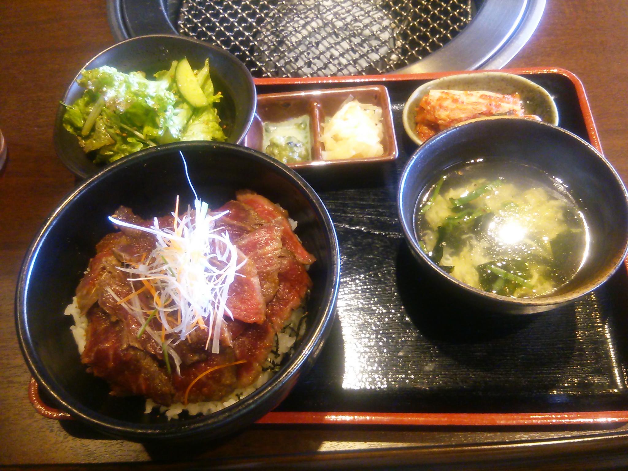 仙台駅前で楽しむご褒美ランチ◎仔虎の絶品ローストビーフ丼!