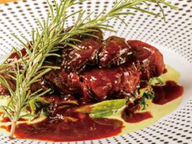 お肉のうまみを引き立てる プラムとローズマリーの香り
