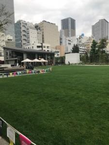 都心のオアシス発見!公園に芝生広場&併設カフェ♪