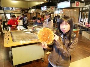 """""""ばかうけ""""の工場「せんべい王国」でお煎餅の手焼き体験"""