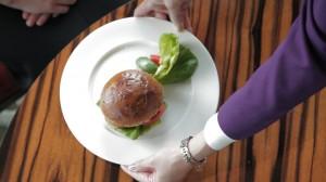 5つ星ホテルの贅沢すぎるハンバーガー! 特選和牛の旨みを堪能