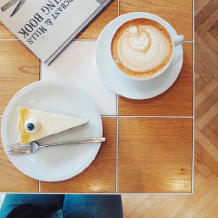 「カプチーノ」(Mサイズ)530円「チーズケーキ」480円
