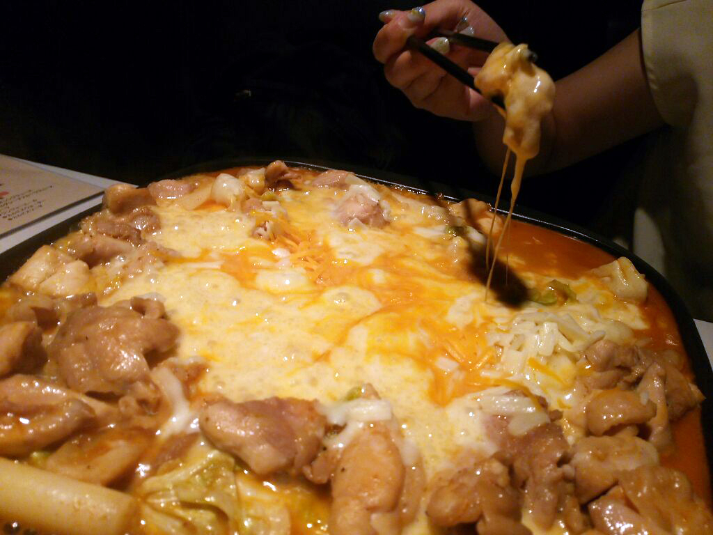 韓国で話題の「チーズタッカルビ」食べてみました♪