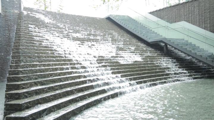 大阪駅直結!ブランチにもおすすめの滝ビューカフェ