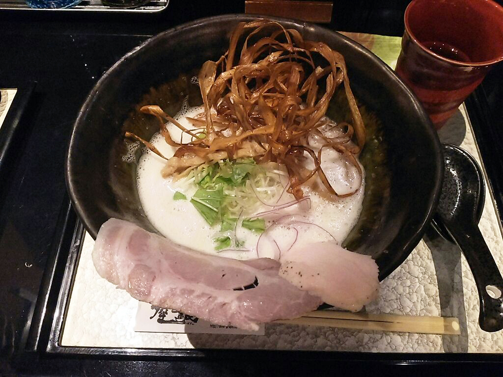 上質感のある 真っ白な鶏白湯スープのラーメン