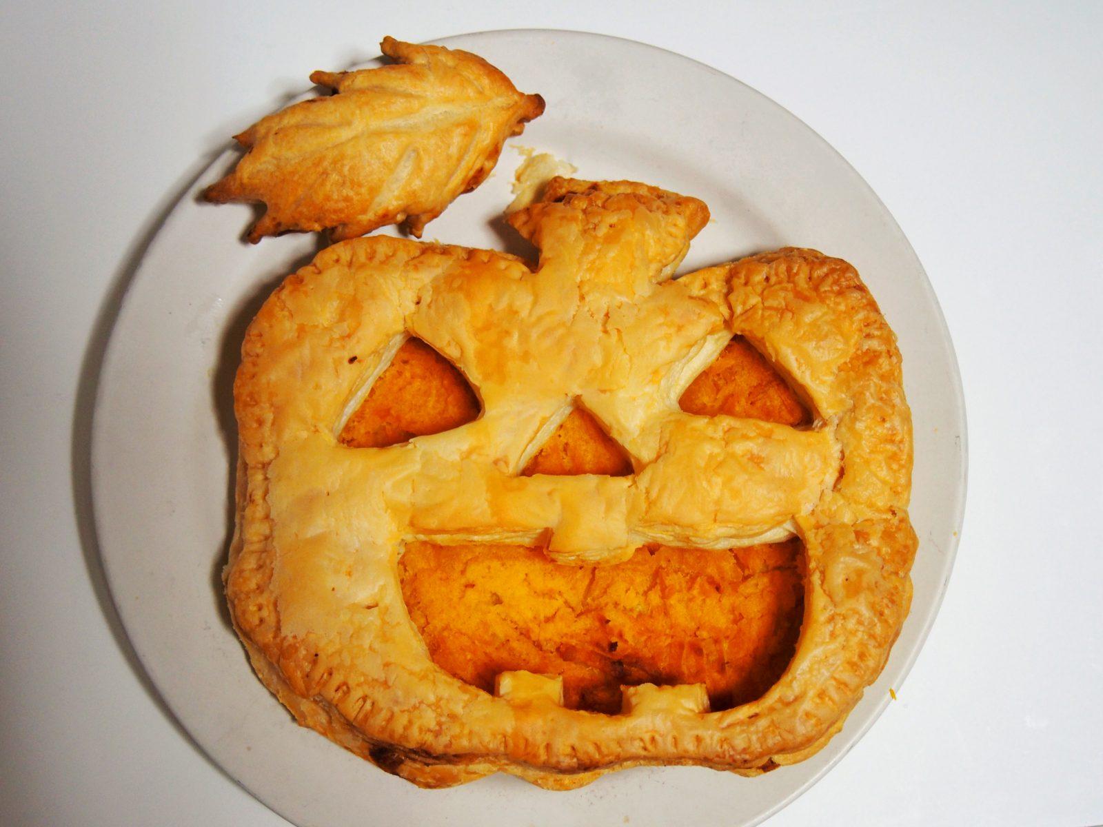【ハロウィン・レシピ】超簡単!冷凍パイでパンプキンパイ