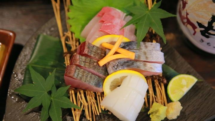 長屋風居酒屋の種類豊富な日本酒とおいしいおばんざいを堪能