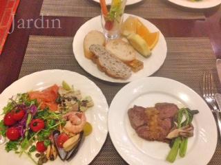 秋をたのしむ♪焼き立てステーキと有機野菜が楽しめるホテルのビュッフェ