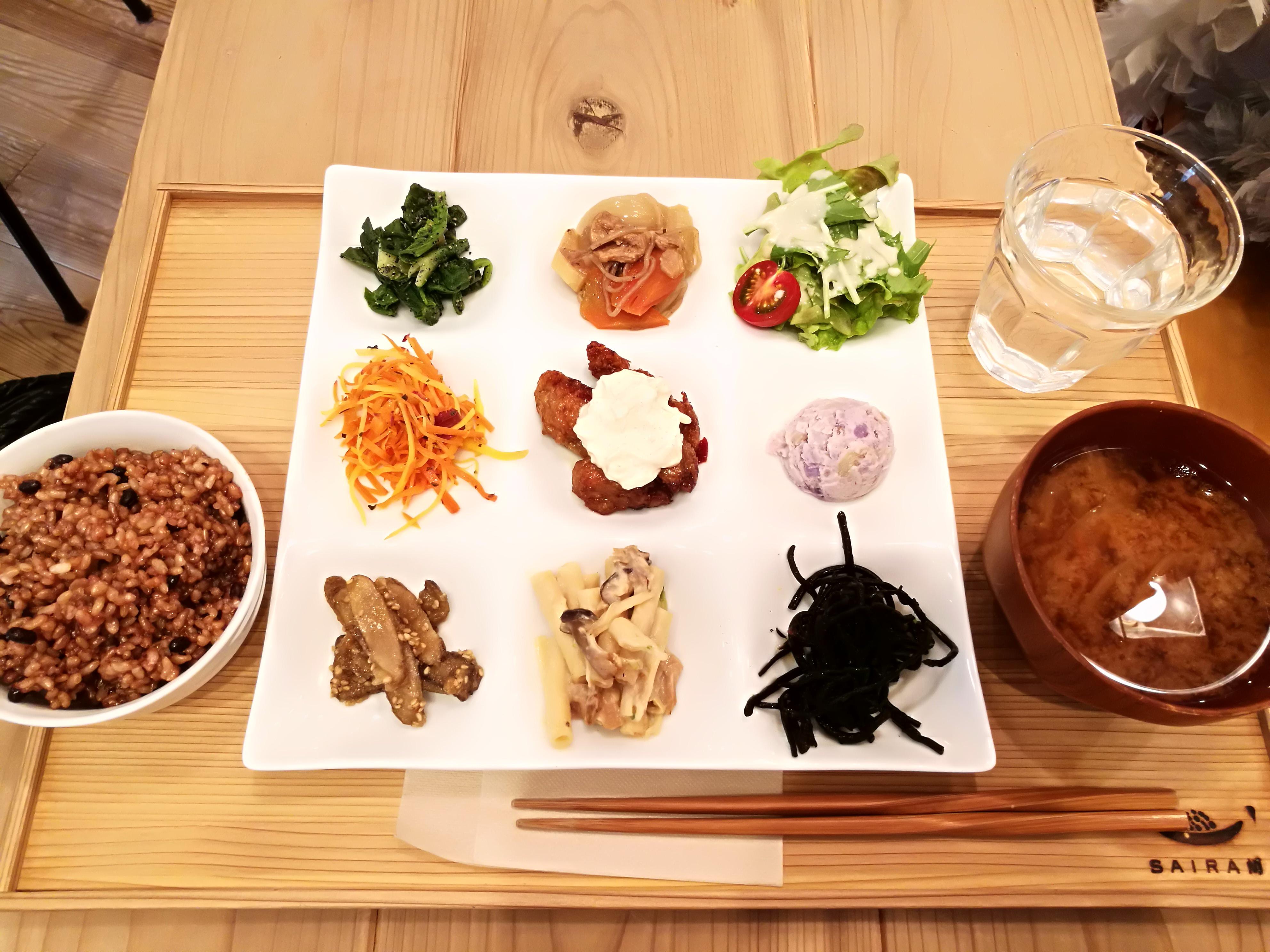 ヴィーガン料理『SAIRAM』で体に優しい「9種類のお惣菜」ランチ