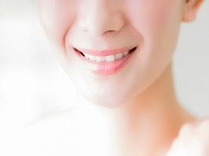 笑顔になるのが怖い…歯茎が目立つガミースマイルを治す手術内容と費用は?