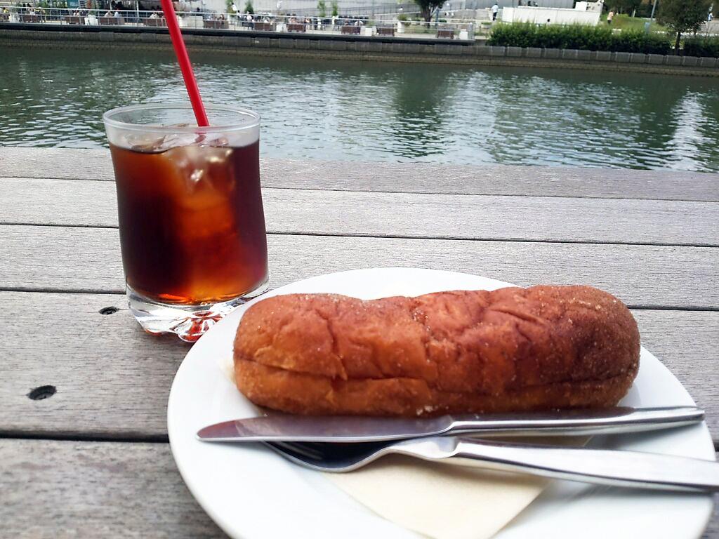 揚げパンと川沿い景色。リラックス カフェタイム in 北浜