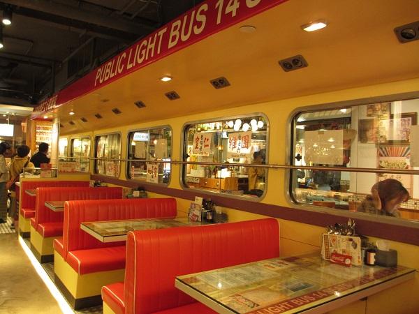 バスの車内を模した店内がカワイイ~香港レトロ喫茶へ!