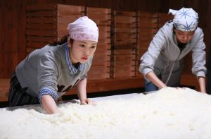 日本酒造りに飛び込んだリケジョの人生は?映画「恋のしずく」を手がけた瀬木直貴監督にインタビュー