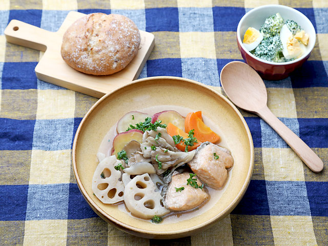 レンコンと秋鮭のポトフ&ブロッコリーと茹で卵のサラダ