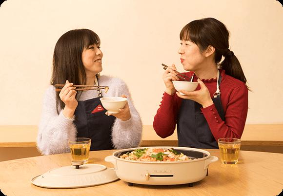 食卓を囲むシティ読者の徳山さんと郷家さん