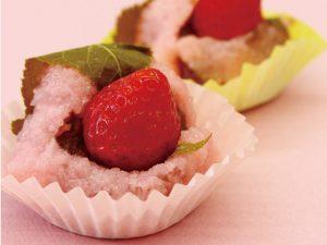 イチゴのみずみずしさとサクラの香りが春を運ぶ ぽたぽたいちごの「いちご桜もち」