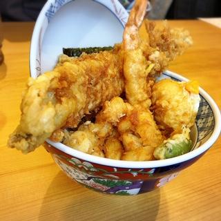 ボリューム満点!揚げたてサクサクの天ぷら♡「天丼まきの」