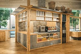 1階では新鮮なフルーツを使ったジュースやデザートを販売し、イートインカウンターも併設