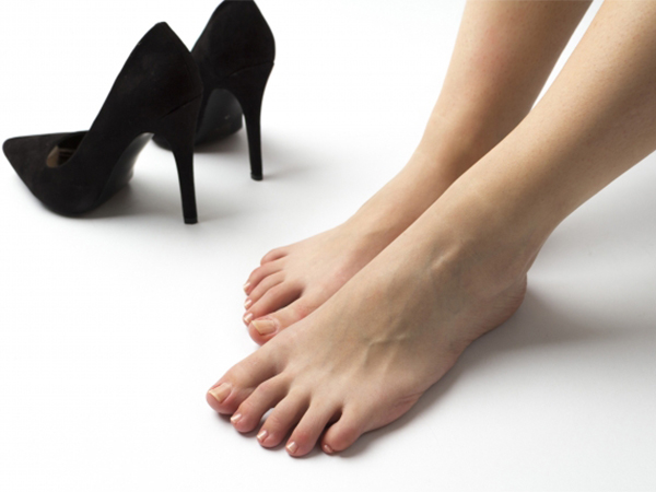 痛くても我慢するべき? 職場のヒール強要問題、働く女性のリアルな声は?