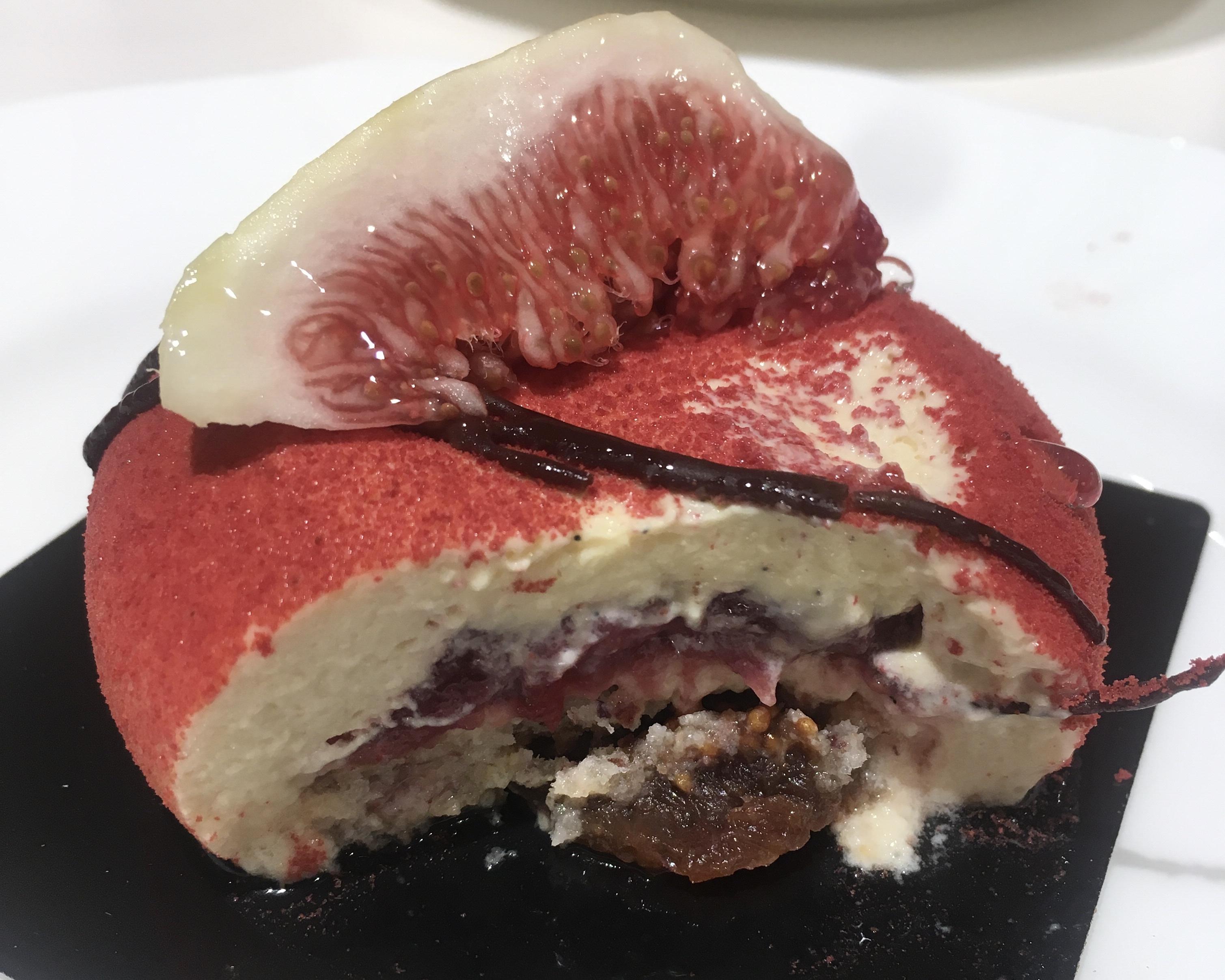 神戸のフランス菓子名店でイチジクとピスタチオのケーキ