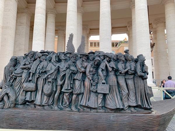 バチカン市国の広場に謎の彫刻!2019年9月末に設置されたばかり!!