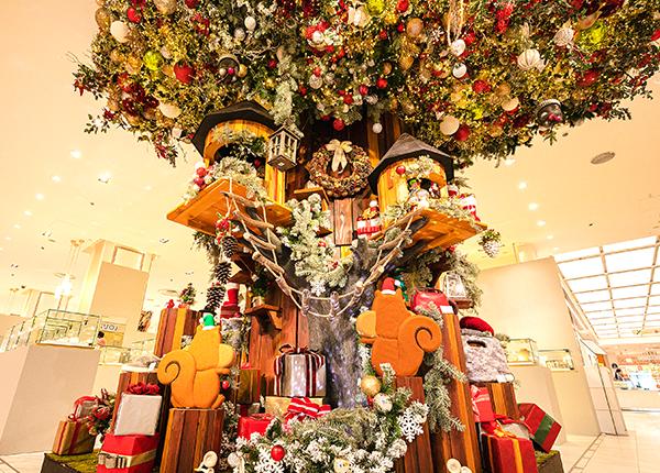 正面口に飾られたツリーハウス。松屋オリジナルキャラクターのメリーちゃん、クリスくんは、クリスマスが近づくと正面を向きます