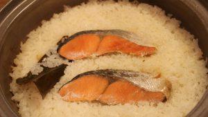 簡単過ぎるのに食卓映え!魚嫌いの子どもがモリモリ食べる「土鍋鮭ごはん」レシピ